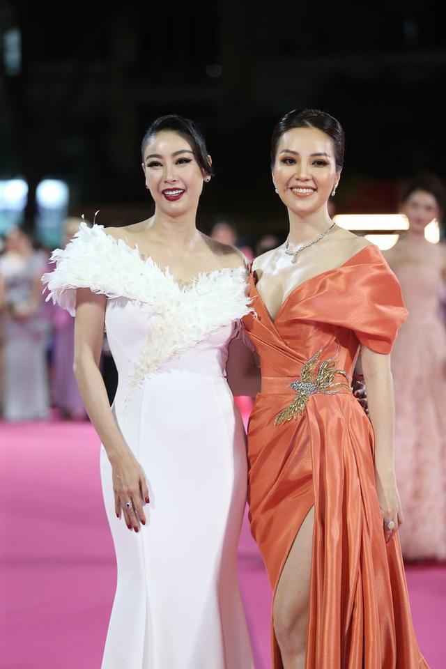 """Thảm đỏ Hoa hậu Việt Nam 2020: Tiểu Vy """"chặt đẹp"""" dàn hậu trước thềm trao lại vương miện - Ảnh 7."""