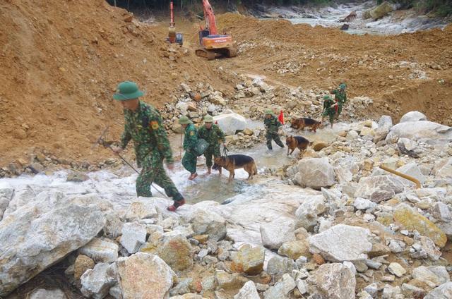 Cận cảnh chó nghiệp vụ được đưa vào hiện trường ở Rào Trăng 3 - Ảnh 5.