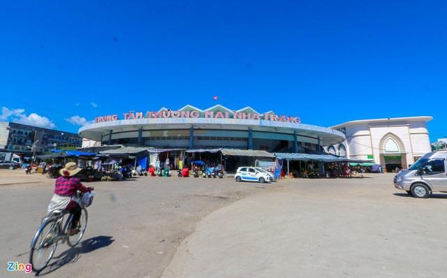 Chợ Đầm Nha Trang ế khách, tiểu thương rao bán sạp hàng loạt - Ảnh 1.