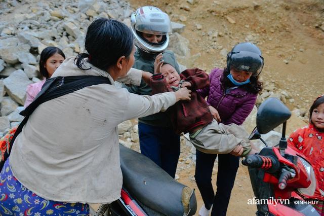 Chuyện của những lớp học trên mây ở Thu Lũm: Cô giáo băng rừng, vượt suối bắt trẻ đi học, cô hổn hển trò tèm lem nước mắt theo cái chữ, con tương lai - Ảnh 11.