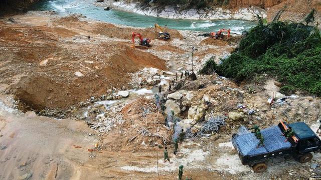 Cận cảnh những khối bê tông 'khủng' nghi vùi lấp nạn nhân mất tích ở Rào Trăng 3 - Ảnh 8.
