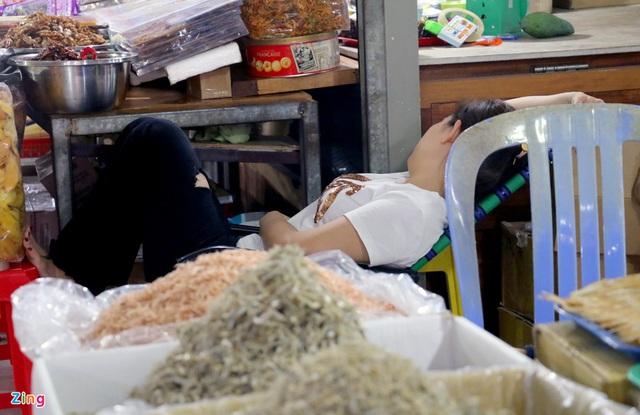 Chợ Đầm Nha Trang ế khách, tiểu thương rao bán sạp hàng loạt - Ảnh 13.