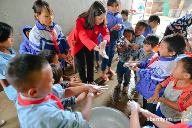 Chuyện của những lớp học trên mây ở Thu Lũm: Cô giáo băng rừng, vượt suối bắt trẻ đi học, cô hổn hển trò tèm lem nước mắt theo cái chữ, con tương lai - Ảnh 14.