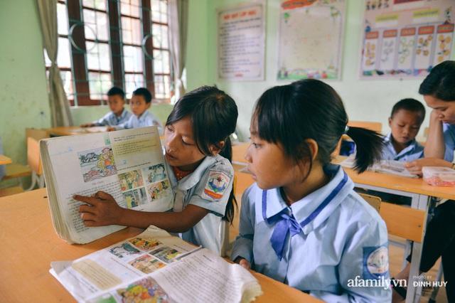 Chuyện của những lớp học trên mây ở Thu Lũm: Cô giáo băng rừng, vượt suối bắt trẻ đi học, cô hổn hển trò tèm lem nước mắt theo cái chữ, con tương lai - Ảnh 16.