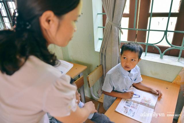 Chuyện của những lớp học trên mây ở Thu Lũm: Cô giáo băng rừng, vượt suối bắt trẻ đi học, cô hổn hển trò tèm lem nước mắt theo cái chữ, con tương lai - Ảnh 17.