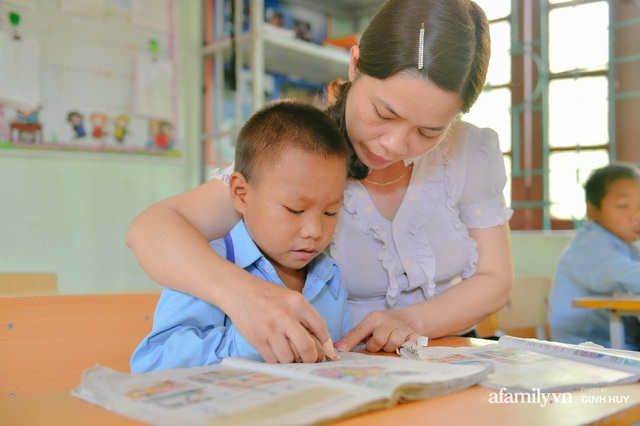Chuyện của những lớp học trên mây ở Thu Lũm: Cô giáo băng rừng, vượt suối bắt trẻ đi học, cô hổn hển trò tèm lem nước mắt theo cái chữ, con tương lai - Ảnh 18.