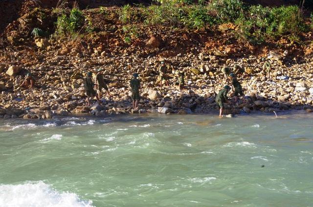 Cận cảnh những khối bê tông 'khủng' nghi vùi lấp nạn nhân mất tích ở Rào Trăng 3 - Ảnh 12.