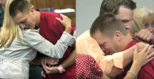 Say xỉn vẫn đòi lái xe, người đàn ông gây tai nạn giết chết 2 cô gái, 2 năm sau, mẹ của nạn nhân khiến tên tội phạm bật khóc tại tòa - Ảnh 4.