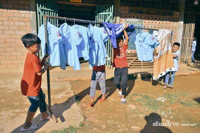 Chuyện của những lớp học trên mây ở Thu Lũm: Cô giáo băng rừng, vượt suối bắt trẻ đi học, cô hổn hển trò tèm lem nước mắt theo cái chữ, con tương lai - Ảnh 22.