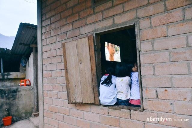 Chuyện của những lớp học trên mây ở Thu Lũm: Cô giáo băng rừng, vượt suối bắt trẻ đi học, cô hổn hển trò tèm lem nước mắt theo cái chữ, con tương lai - Ảnh 25.