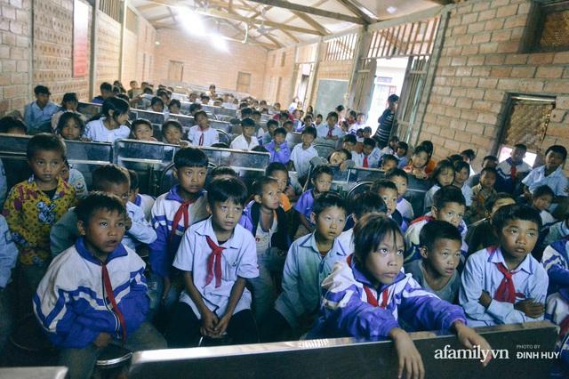 Chuyện của những lớp học trên mây ở Thu Lũm: Cô giáo băng rừng, vượt suối bắt trẻ đi học, cô hổn hển trò tèm lem nước mắt theo cái chữ, con tương lai - Ảnh 26.