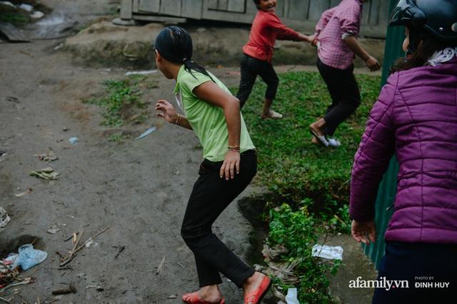 Chuyện của những lớp học trên mây ở Thu Lũm: Cô giáo băng rừng, vượt suối bắt trẻ đi học, cô hổn hển trò tèm lem nước mắt theo cái chữ, con tương lai - Ảnh 5.