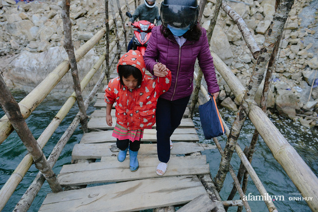 Chuyện của những lớp học trên mây ở Thu Lũm: Cô giáo băng rừng, vượt suối bắt trẻ đi học, cô hổn hển trò tèm lem nước mắt theo cái chữ, con tương lai - Ảnh 7.