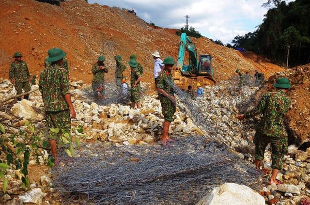 Cận cảnh những khối bê tông 'khủng' nghi vùi lấp nạn nhân mất tích ở Rào Trăng 3 - Ảnh 6.