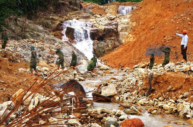 Cận cảnh những khối bê tông 'khủng' nghi vùi lấp nạn nhân mất tích ở Rào Trăng 3 - Ảnh 7.