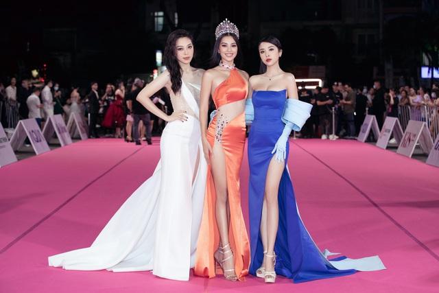 """Thảm đỏ Hoa hậu Việt Nam 2020: Tiểu Vy """"chặt đẹp"""" dàn hậu trước thềm trao lại vương miện - Ảnh 4."""