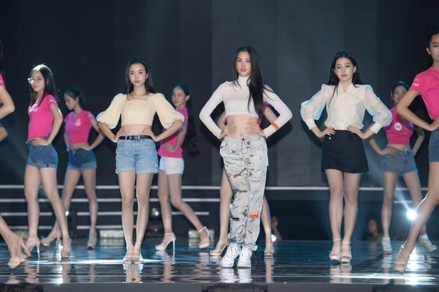 """Trước """"giờ G"""" Hoa hậu Việt Nam 2020 """"soi"""" Hoàng Thùy Linh, Minh Tuyết cùng dàn sao tổng duyệt - Ảnh 2."""