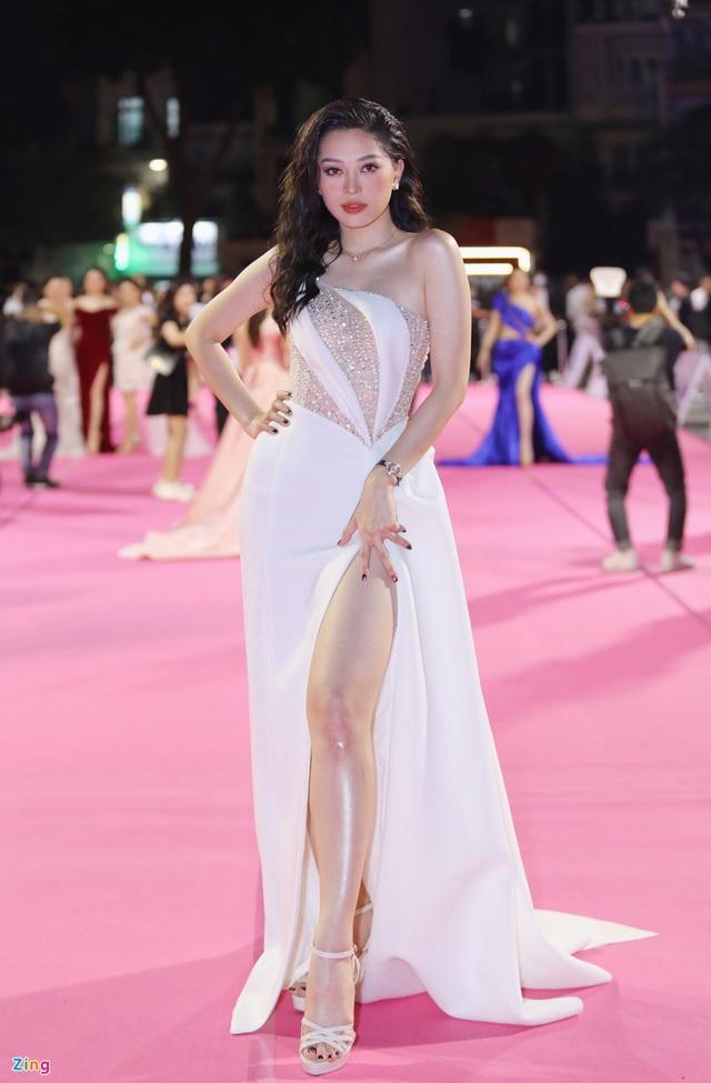 Á hậu Phương Nga lộ chân to, Tiểu Vy và nhiều người đẹp bị cộng tuổi vì váy áo - Ảnh 1.