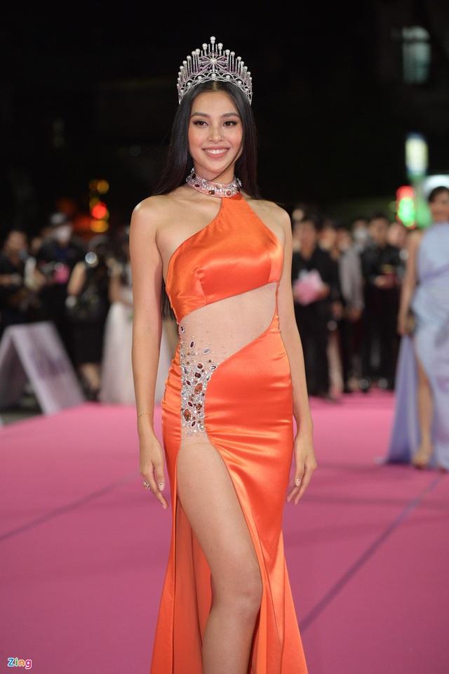 Á hậu Phương Nga lộ chân to, Tiểu Vy và nhiều người đẹp bị cộng tuổi vì váy áo - Ảnh 2.