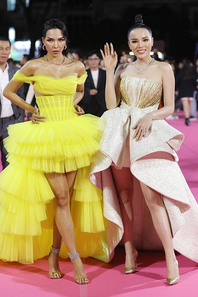 Á hậu Phương Nga lộ chân to, Tiểu Vy và nhiều người đẹp bị cộng tuổi vì váy áo - Ảnh 3.