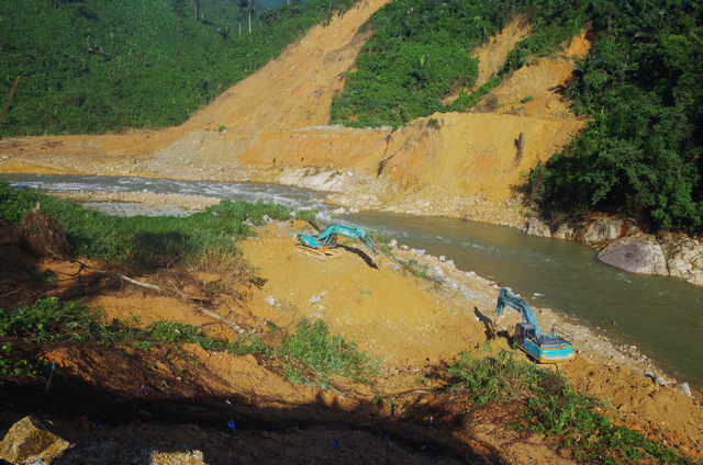 Toàn cảnh cuộc ngăn đập, nắn dòng Rào Trăng 3 tìm kiếm 12 người đã mất tích hơn 1 tháng - Ảnh 3.