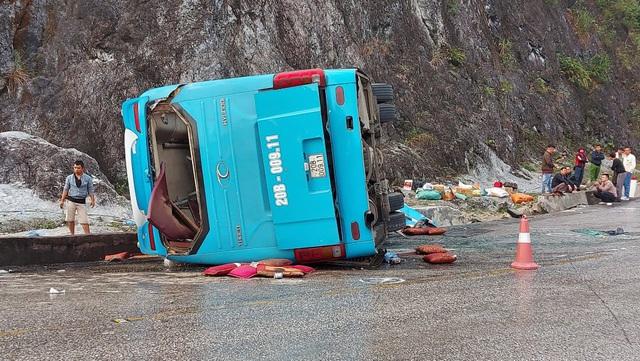 Xe khách lật trên quốc lộ, 12 người thương vong - Ảnh 2.