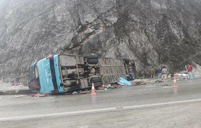 Nhân chứng kể lại giây phút xe khách lật trên quốc lộ khiến 12 người thương vong - Ảnh 2.