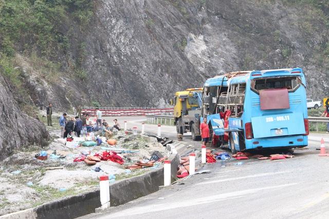 Xe khách lật trên quốc lộ khiến 12 người thương vong do mất phanh - Ảnh 2.