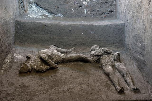 Phát hiện xác nô lệ và chủ nhân nguyên vẹn ở thành phố cổ Pompeii - Ảnh 1.