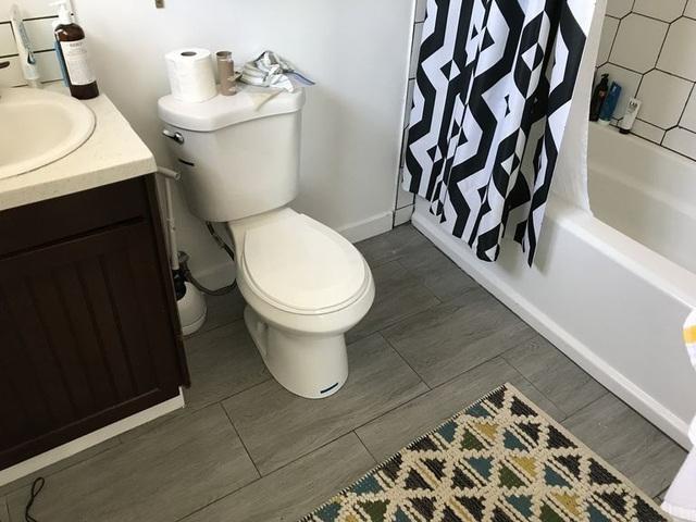 Phòng tắm nhỏ khiến nhiều người choáng váng vì lột xác quá đỉnh sau cải tạo - Ảnh 1.