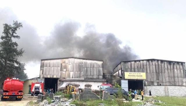 Cháy lớn tại kho chứa hàng ở TP Vinh - Ảnh 1.