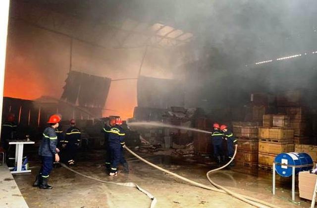 Cháy lớn tại kho chứa hàng ở TP Vinh - Ảnh 2.