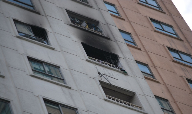 Hà Nội: Nghi vấn nổ bình gas, một căn hộ trên chung cư cao tầng bốc khói nghi ngút - Ảnh 2.