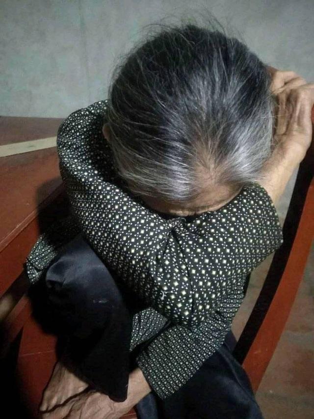 Hình ảnh người bà già yếu, xanh xao ngủ gục trong lúc chờ cháu khiến dân mạng rơi nước mắt - Ảnh 1.