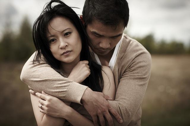 Chồng vừa mang cơm cữ vào cho tôi thì mẹ chồng nói một câu đau điếng, song câu trả lời của anh lại khiến tôi bật khóc nức nở - Ảnh 1.