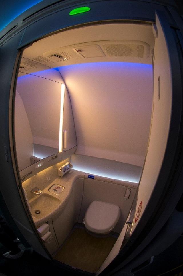 Tiếp viên hàng không tiết lộ thời điểm vàng để đi vệ sinh trên máy bay, nghe xong ai nấy đều ngã ngửa - Ảnh 3.