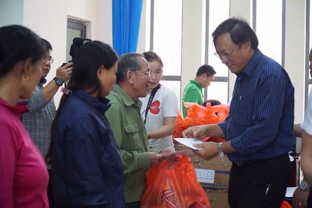 Báo Gia đình và Xã hội cùng các nhà hảo tâm đến thăm và trao quà cho đồng bào vùng lũ Hà Tĩnh - Ảnh 5.