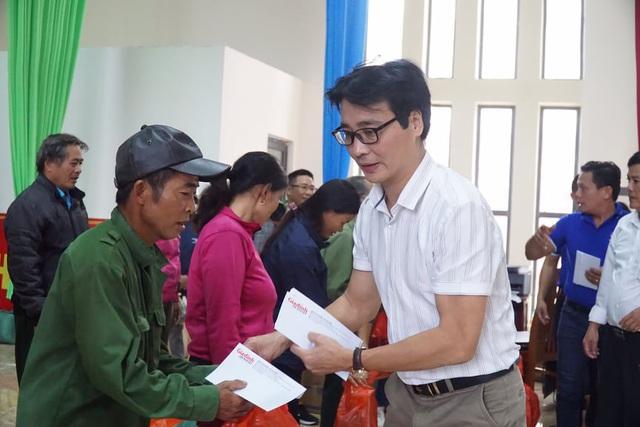 Báo Gia đình và Xã hội cùng các nhà hảo tâm đến thăm và trao quà cho đồng bào vùng lũ Hà Tĩnh - Ảnh 6.