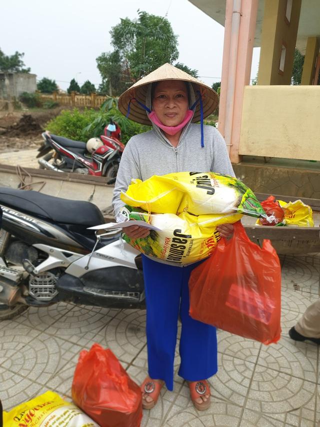 Báo Gia đình và Xã hội tiếp tục trao quà cho đồng bào vùng lũ tỉnh Quảng Bình - Ảnh 12.