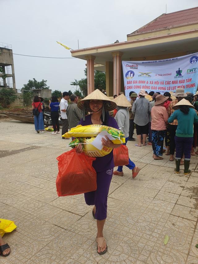 Báo Gia đình và Xã hội tiếp tục trao quà cho đồng bào vùng lũ tỉnh Quảng Bình - Ảnh 10.
