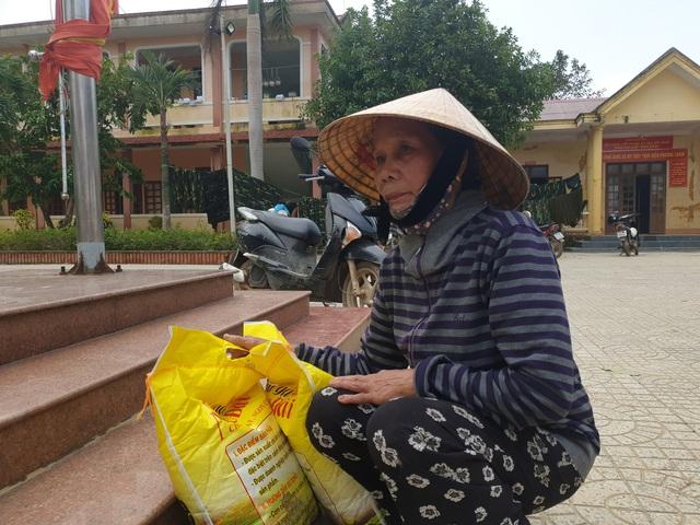 Báo Gia đình và Xã hội tiếp tục trao quà cho đồng bào vùng lũ tỉnh Quảng Bình - Ảnh 9.