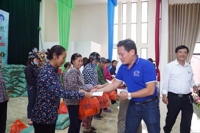 Báo Gia đình và Xã hội cùng các nhà hảo tâm đến thăm và trao quà cho đồng bào vùng lũ Hà Tĩnh - Ảnh 8.