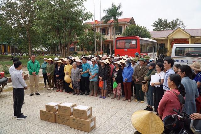 Báo Gia đình và Xã hội tiếp tục trao quà cho đồng bào vùng lũ tỉnh Quảng Bình - Ảnh 4.