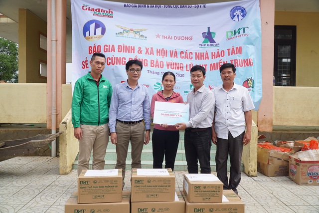 Báo Gia đình và Xã hội tiếp tục trao quà cho đồng bào vùng lũ tỉnh Quảng Bình - Ảnh 7.