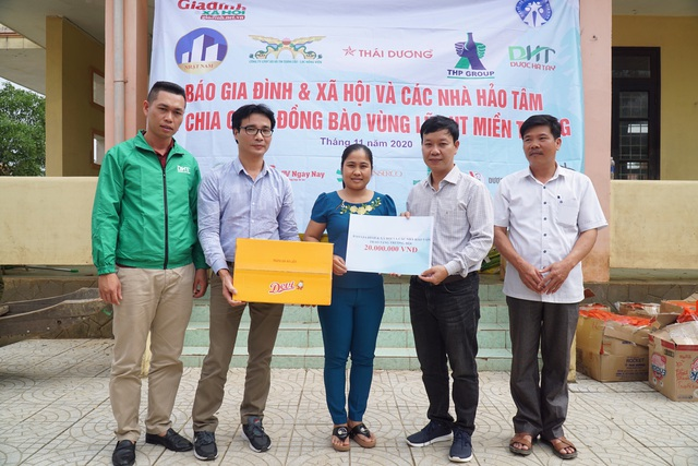 Báo Gia đình và Xã hội tiếp tục trao quà cho đồng bào vùng lũ tỉnh Quảng Bình - Ảnh 8.