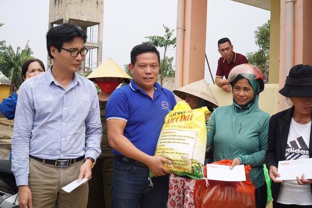 Báo Gia đình và Xã hội tiếp tục trao quà cho đồng bào vùng lũ tỉnh Quảng Bình - Ảnh 3.