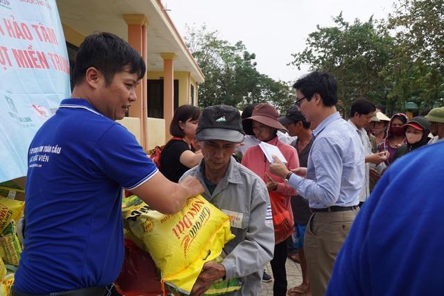 Báo Gia đình và Xã hội tiếp tục trao quà cho đồng bào vùng lũ tỉnh Quảng Bình - Ảnh 11.