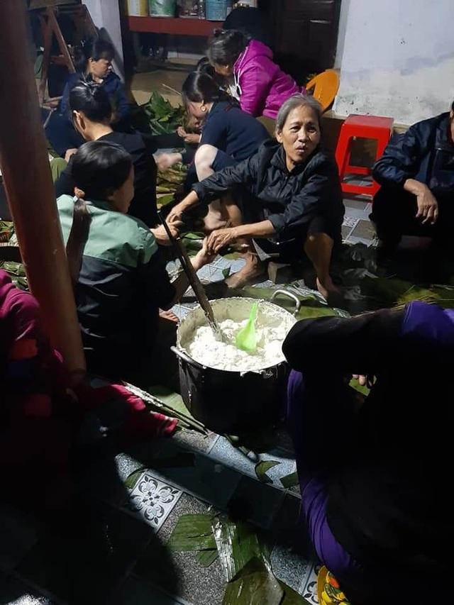 """Xúc động người dân Hà Tĩnh dùng gạo cứu trợ nổi lửa nấu bánh """"đáp tình"""" người Nghệ An - Ảnh 6."""