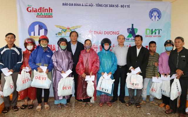 Báo Gia đình và Xã hội cùng các nhà tài trợ chia sẻ khó khăn với người dân vùng lũ Quảng Trị - Ảnh 9.