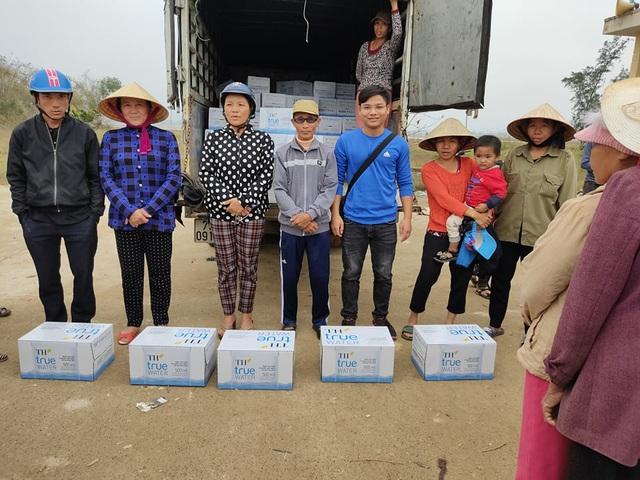 Báo Gia đình và Xã hội đưa nước uống sạch đến với người dân vùng rốn lũ Tân Ninh - Ảnh 2.